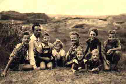 Cor Grol en Truus Grol met hun kinderschare in de duinen,  in 1956