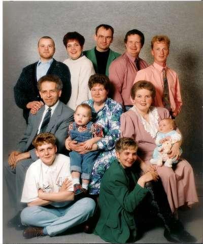 Een familiefoto uit 1992. Van linksboven naar rechts.
