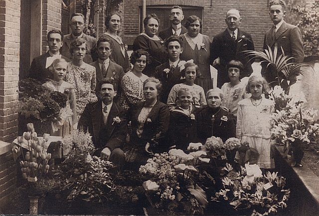 Familiefoto  t.g.v. het 25-jarig huwelijksfeest van Rembertus Grol en Maria Schiloo
